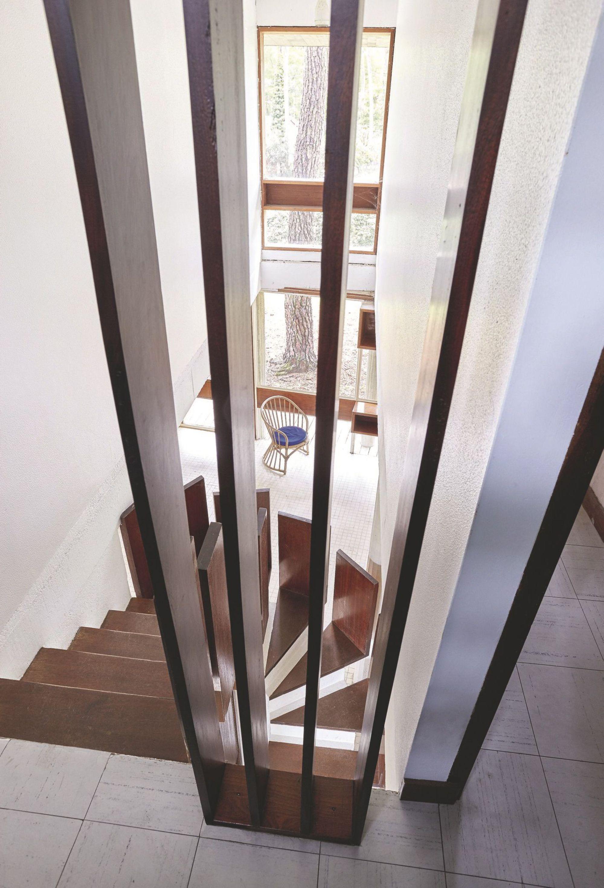 André Wogenscky_une-rambarde-d-escalier-qui-joue-avec-les-lignes_5361347.jpg