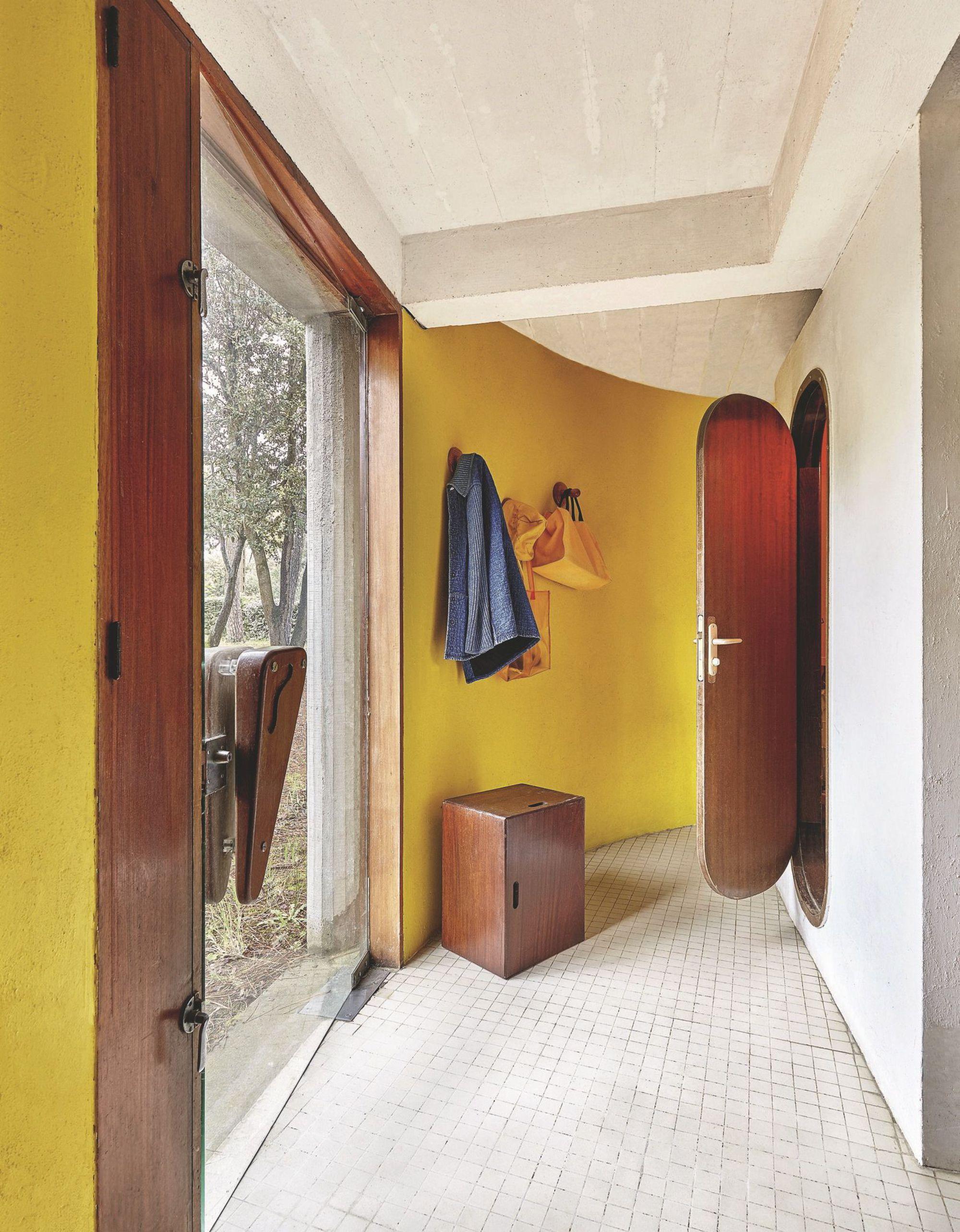 André Wogenscky_un-couloir-courbe-et-mis-en-valeur-par-la-baie-vitree_5361351.jpg