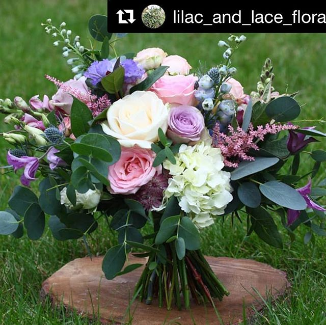 Blown away by this arrangement by Rebecca @lilac_and_lace_floral_design . I'd have killed for flowers like this at my wedding!