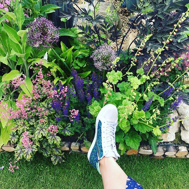 Blending in at #chelseaflowershow in my super comfy @airandgrace Altos 😍💃