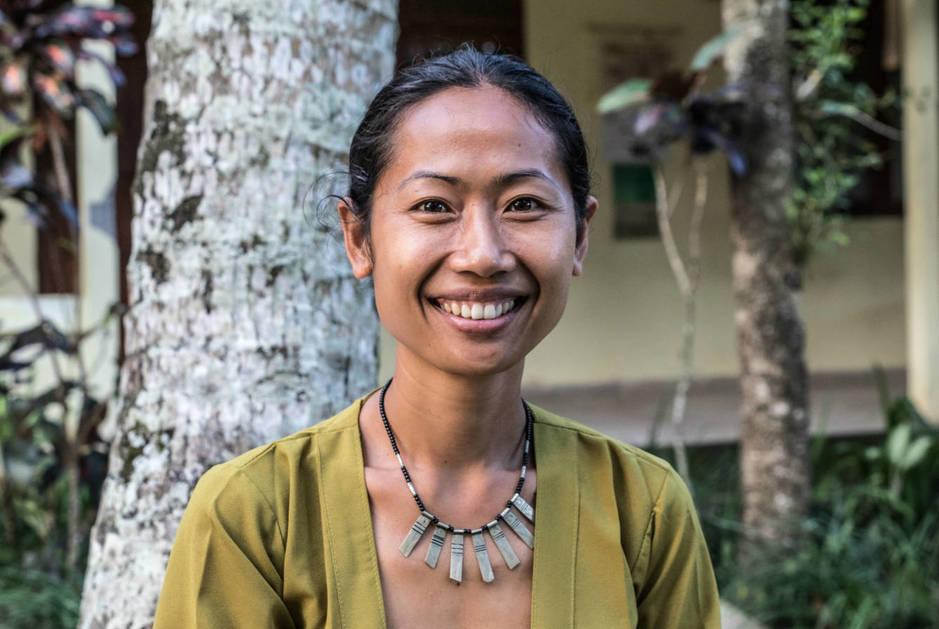 Ni Komang Sariadi (Ibu Sari), fundadora del centro para mujeres PKP, posa para una foto. (A. González) (El Confidencial)