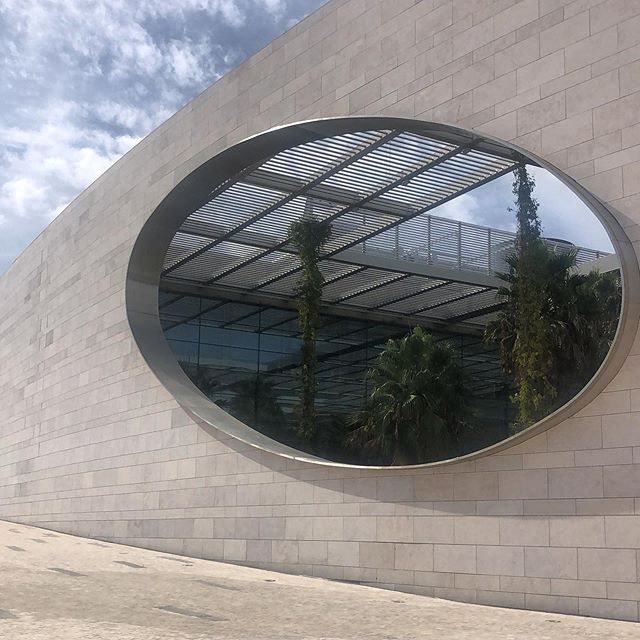 So sculptural! Champalimaud Centre for the Unknown opened in 2010 was designed by Indian architect Charles Correa as a a biomedical research facility in Portugal.  #architecture #medicalfoundation #lisbon #lisbonarchitecture #indianarchitect #publicspace #urbanenvironment