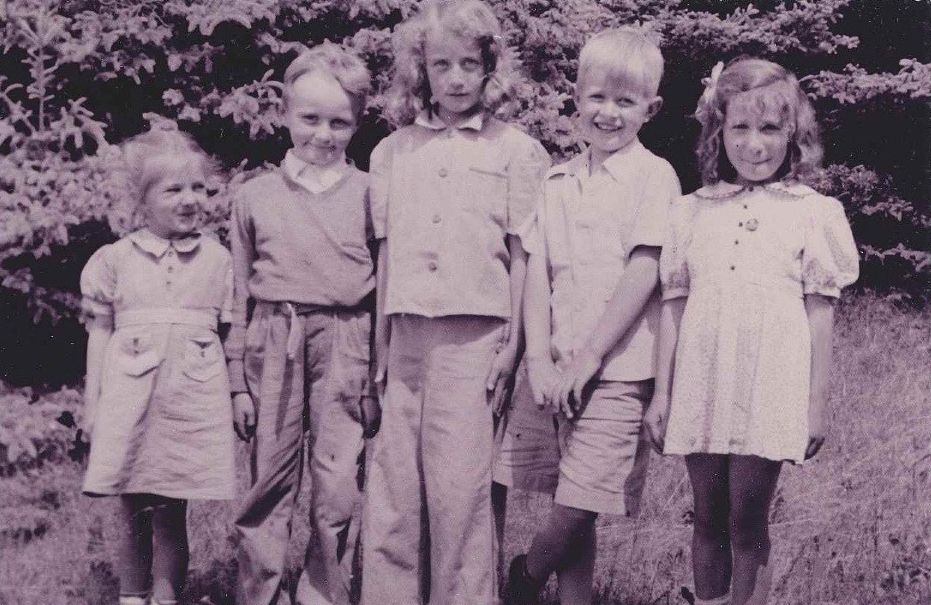 Class photo in 1940 –(Left to right) Betty, Jim Brown, Anne Waterman, Fletcher Burgess, Agnes Beverage