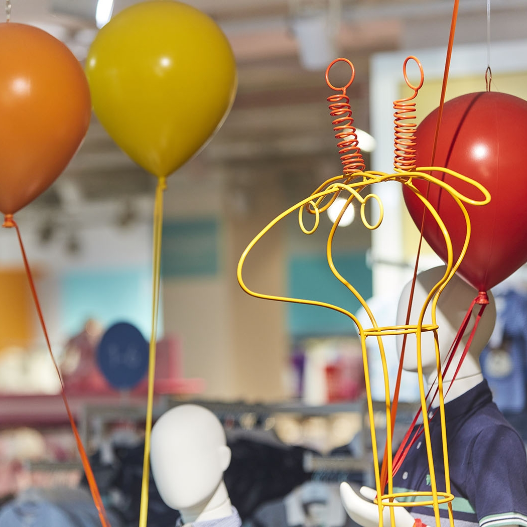 Wire giraffe head with balloons