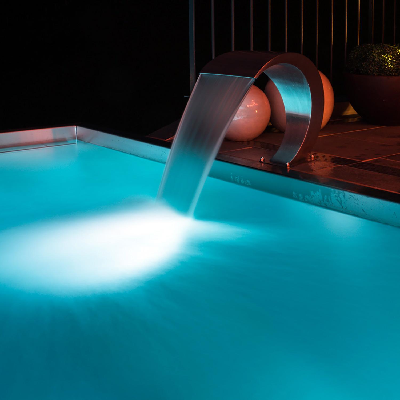 Wasserfall - Eine Schwalldusche verleiht Ihrem Pool eine besondere Note.