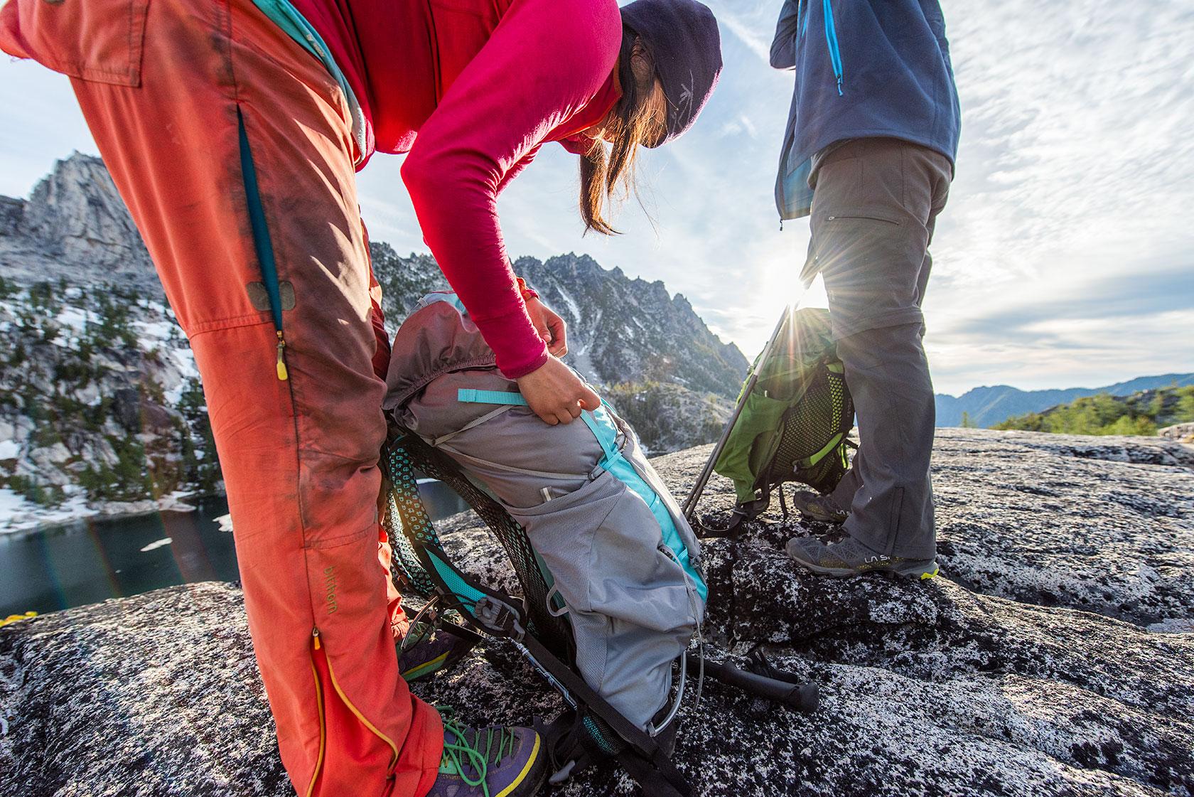 austin-trigg-osprey-hiking-backpacks-washington-lifestyle-morning-adventure-outdoor-active-hike-camp-sunrise-enchantments-sun-flare-products-alpine-lake.jpg