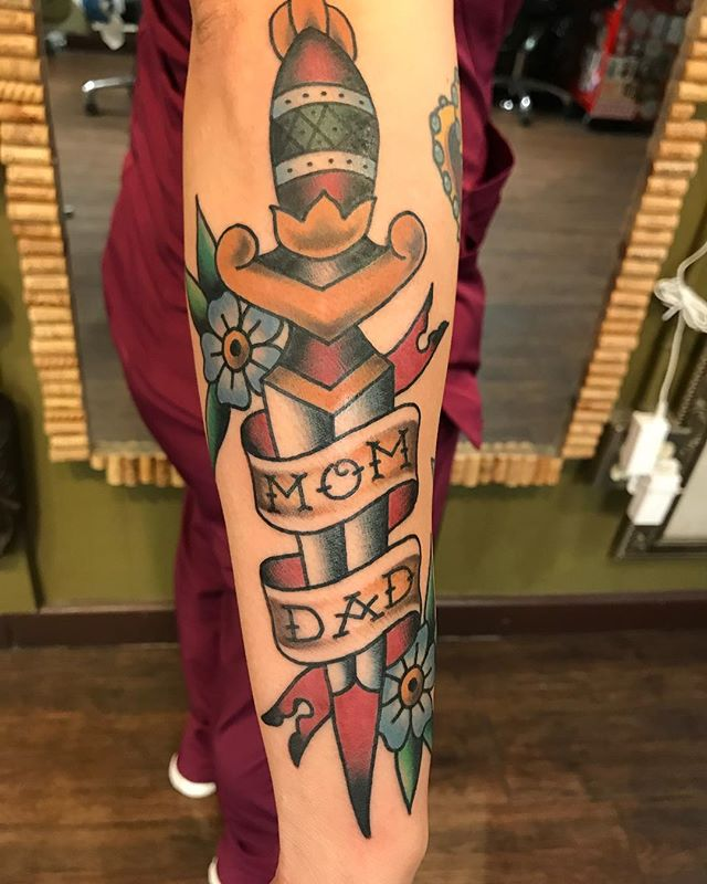 Stunning dagger by @dylandonohue_tattoos he's taking walk-ins this weekend! #traditionaltattoos #boldwillhold #fullcolortattoo #daggertattoo #momtattoo #dadtattoo #fortunebros #sanantoniotattooartist #sanantonio