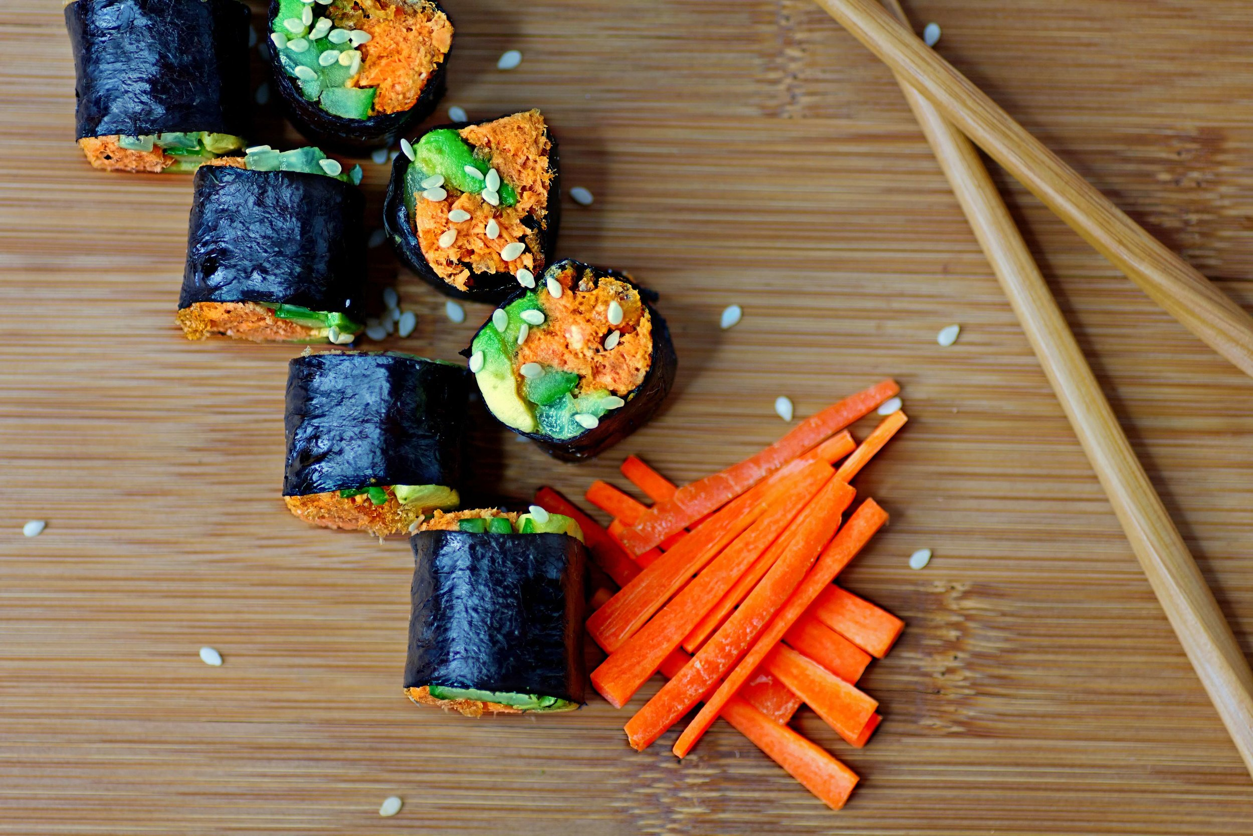 Love sushi, but hate the carbs? This keto spicy salmon tempura roll feeds your sushi fix with a healthy dose of crunch (and only 3.5 net carbs per roll!).
