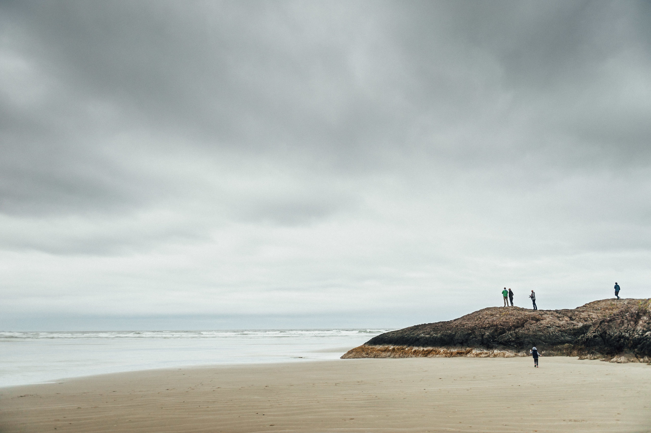family playing on beach - niagara lifestyle family photographer
