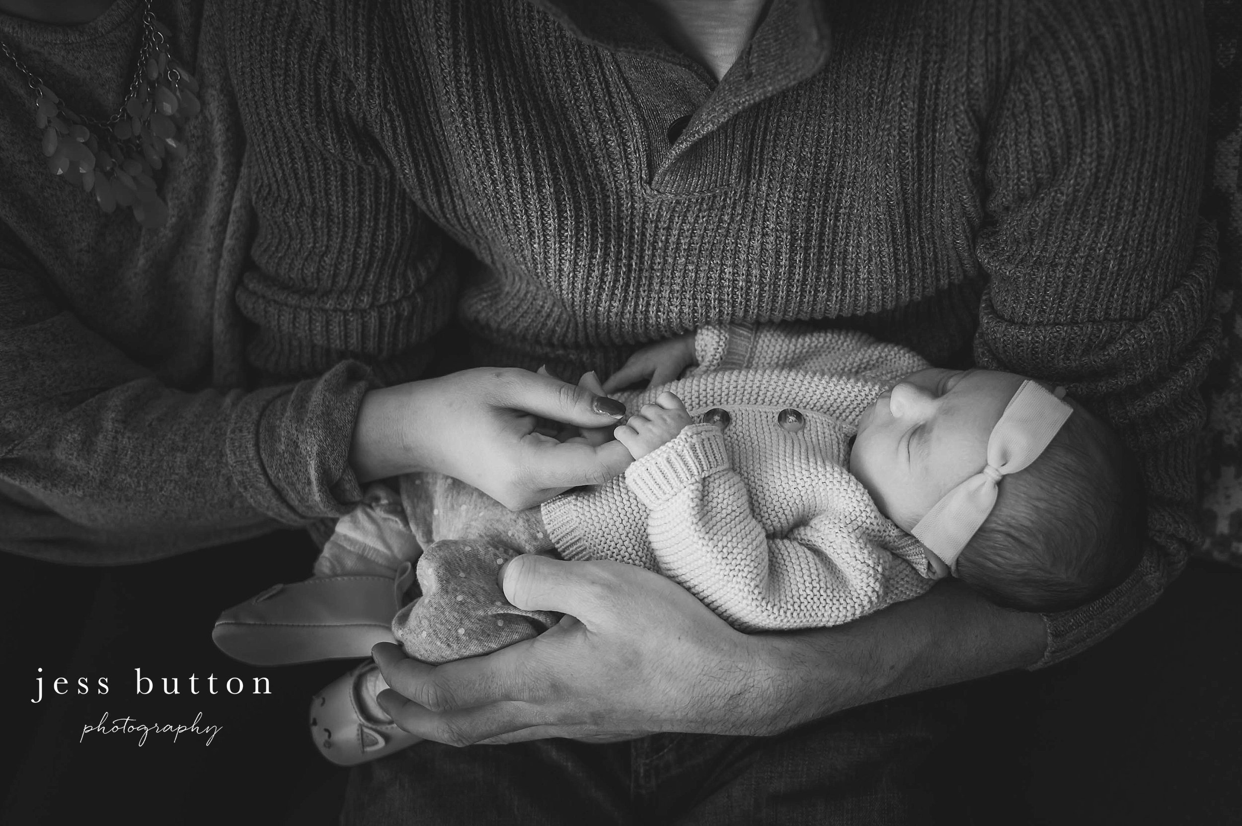 Niagara Newborn Photographer - family at home on couch