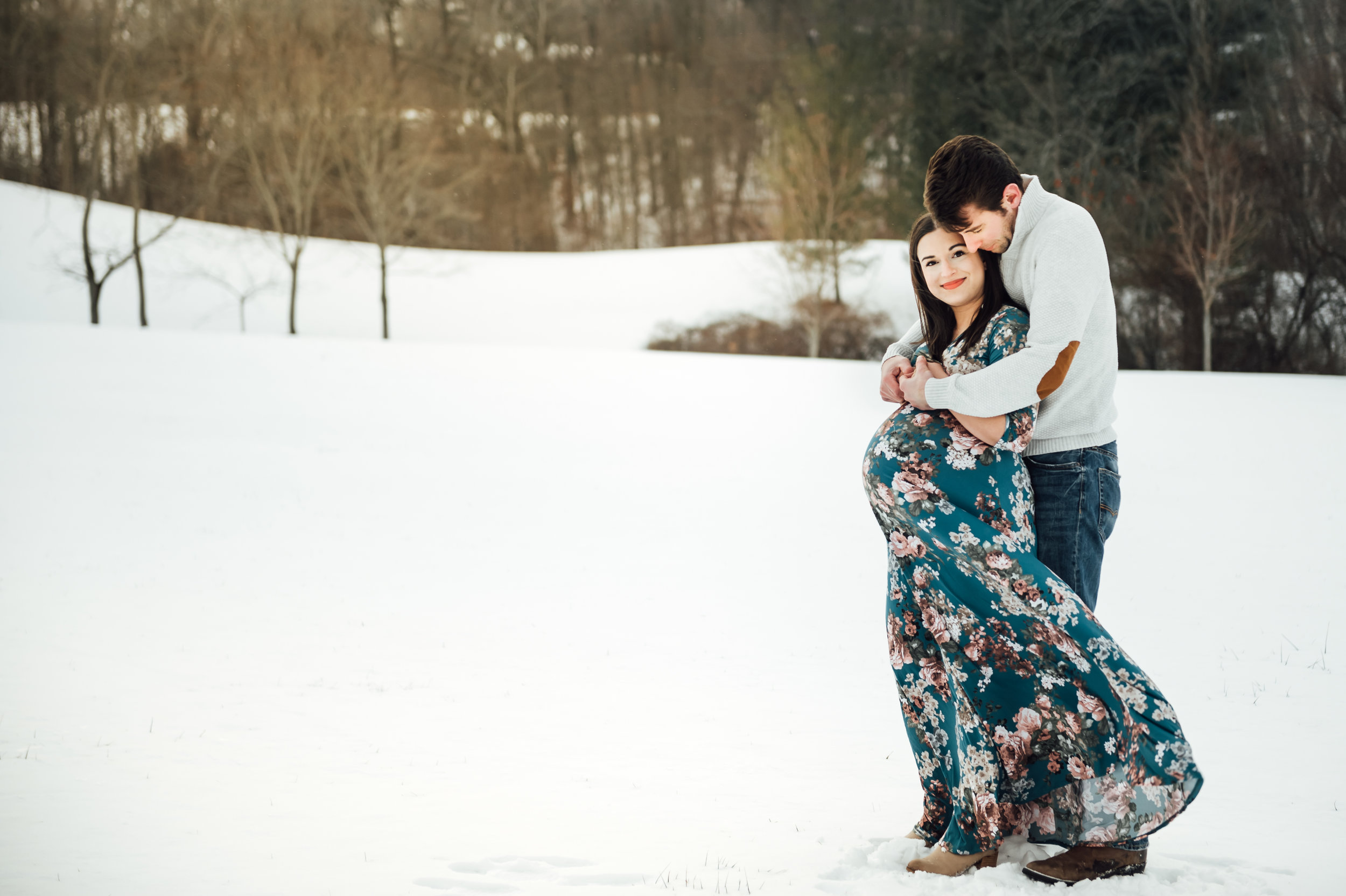 couple outisde in Nigagara for winter maternity photos