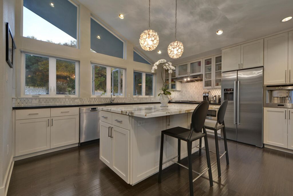 1804%20Westridge%20Dr-large-021-20-Kitchen%20and%20Breakfast%2001-1499x1000-72dpi_preview.jpeg.jpg