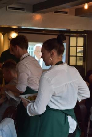 Servering af valgflæsk i Nyhavns Færgekro.JPG