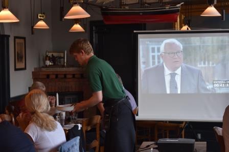 Storskærm til valgflæsk i Nyhavns Færgekro.JPG
