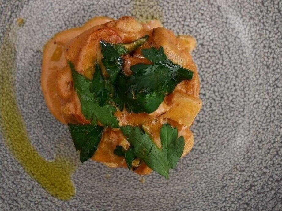 Bouchée á la reine med hummer. Tartelet med hele stykker hummer, tomat, jordskokker og selleri. Toppet med hummerolie og bredbladet persille.