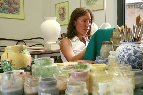 Maria Giulia at work in her studio of Piazza Sant'Agostino 4 in Ascoli Piceno.  For a map and directions see the section Contacts