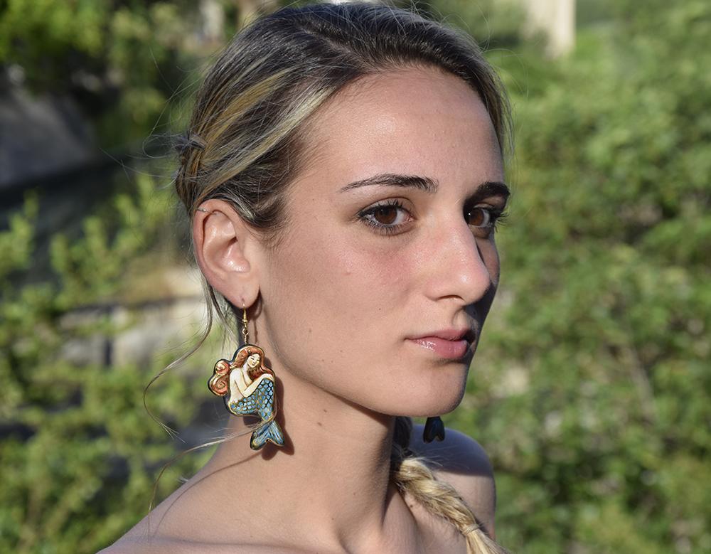 Carlotta pensosa sirena azzurra 1000px.jpg