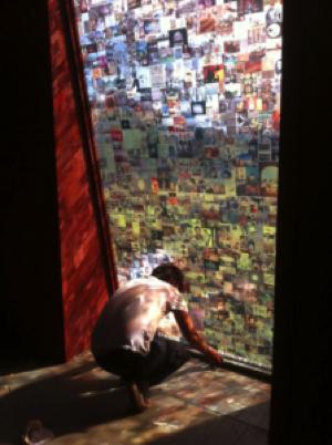 Foto: Jonas Liveröd med installation av det permanenta verket Visualiana på Alma Lövs Museum, bestående av ca 2 000 bilder av influenser.