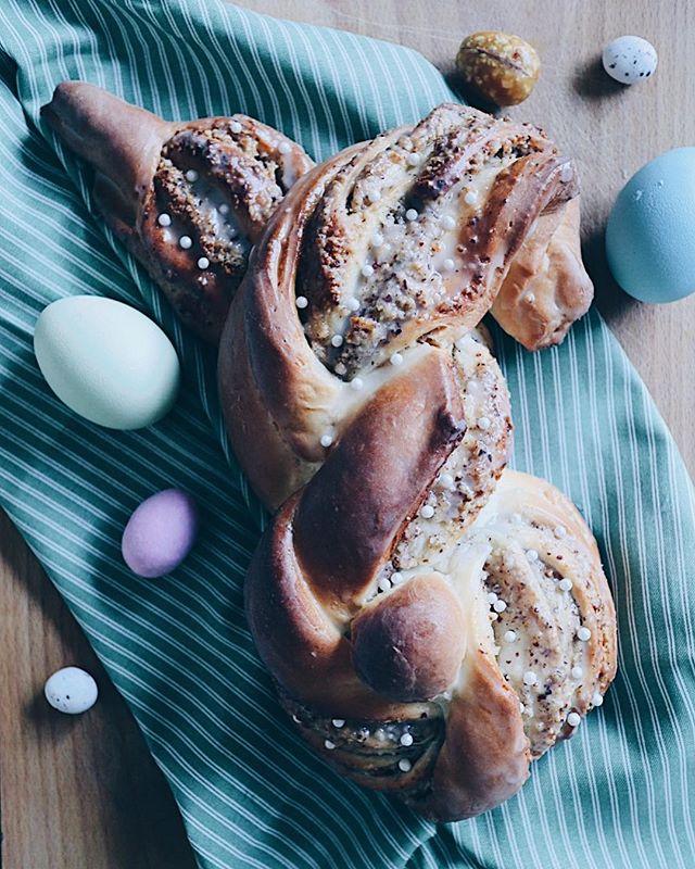 Ei, Ei...Ostern steht vor der Tür�. Weisst du schon, was du zum Brunch backen sollst? Diese süssen Haselnuss Hasen eignen sich perfekt für auf den Brunch-Teller. Wer Haselnuss nicht mag, kann sie auch einfach ohne Füllung machen. Oder eine andere Füllung verwenden �. Ich bin sicher, sie sehen so oder so hübsch aus�. Das Rezept ist auf dem Blog ➡� @katrin_anliker ⬅� (Link ist in der Bio!) . . . #Zopf #ostern #osterbrunch #osterrezept #easterrecipe #zopfhasen #easterbunny #easterbunnycake #easterfood #easterbrunch #foodie #foodporn #bread #baking #sweetbakery #bakery #eastercake #ostergeschenk #osternest #brunch #brunchideas #swissblog #swissblogger #foodphotography #foodphotographer