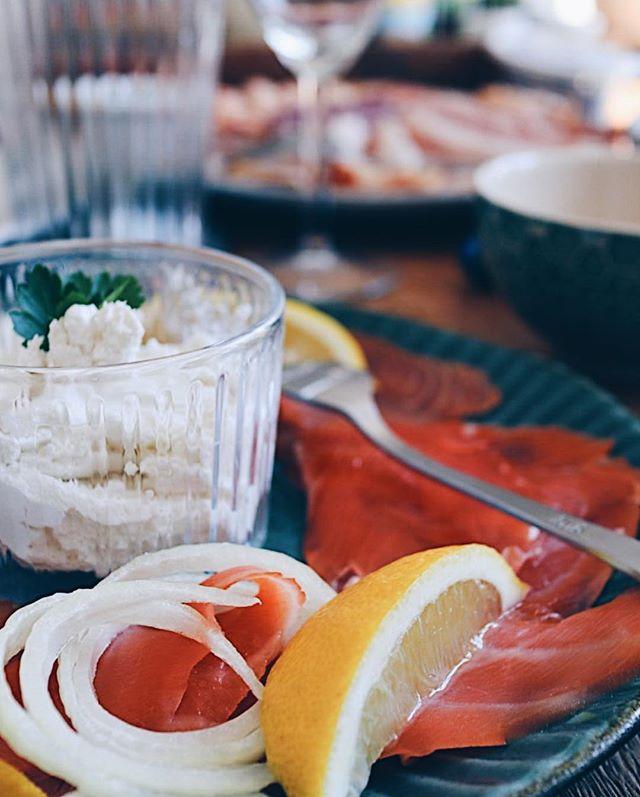 """Meine Ostern """"in a nutshell""""�: - Viel 👩��� - Viel � - Viel 🥂 - Viel 👨�👩�👧�👦 - Bitzli🦄 - Bitzli 🥕 Und ihr so? Hattet ihr auch schöne Tage? . . . #easter #easterbrunch #brunch #ostern #osterfest #family #foodie #foodlove #easteregg #osterhase #foodphotography #foodblog #foodblogger #swissblogger #breakfast #prosecco #familytime"""