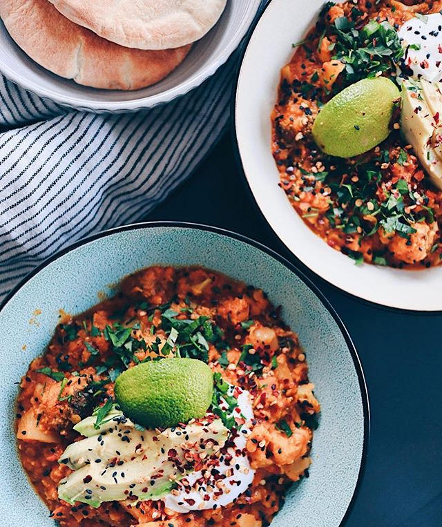 So, fertig💆��♀�🧜��♀�🛀� bin wieder Zuhause. Nun heisst es auch wieder selber kochen🙃. Heute zum Znacht gab es mein indisches Dal (Rezept ist auf dem Blog) mit Gemüse und Pitabrot. Yumm - das könnte ich jeden Tag essen🤩 (ist übrigens vegan🌱). . . . #dal #indian #dalsoup #indiancuisine #foodie #foodblog #foodblogger #orientalfood #indianfood #lentils #lentilsoup #healthyfood #eatclean #vegan #veganfood #veganrecipe #foodphotograpy #foodphotograph #swissblogger #swissfoodblogger