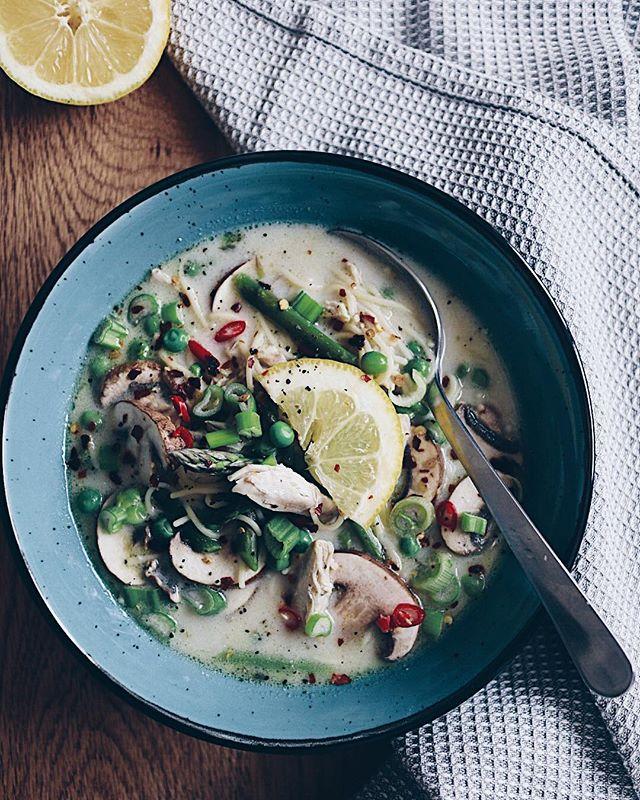 """Ihr habt in meinen Stories kürzlich entschieden: meine Hühnersuppe mit Joghurt aka """"ich-bin-krank-Suppe"""" 🤒� gibt es nun auf meinem Blog als Rezept. Link ist in der Bio @katrin_anliker (heute ist perfektes Suppenwetter😒). Was esst ihr so, wenn ihr krank seid? . . . #sickfood#soup#chickensoup#joghurtsoup#recipe#springrecipe#foodie#foodblog#foodphotographer#foodphotograph#healthyfood#healthy#eatclean#swissfoodblogger #swissblogger #suppe #rezept #"""