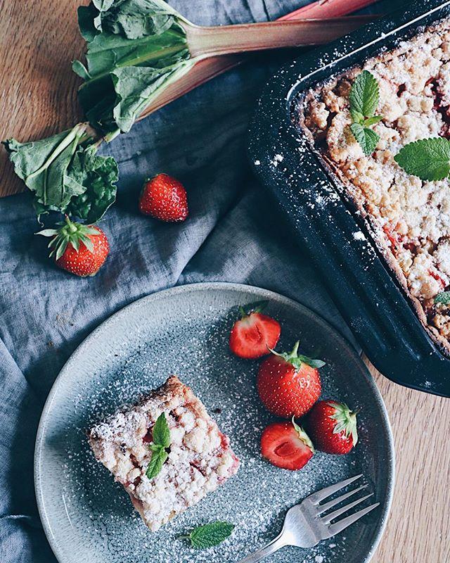 Am Sonntag ist Muttertag👩�👧! Und yay - es gibt endlich wieder Schweizer Erdbeeri�. Falls ihr noch nicht wisst, was ihr Schönes machen könntet, hab ich ein neues Rezept auf dem Blog: Rhabarber-Erdbeer-Quark-Streuselkuchen� (ja sorry, habs nicht kürzer gekriegt - Namensvorschläge gerne in die Kommentare😂). Jedenfalls ist er sehr lecker und ich könnte mir vorstellen, dass viele Mamis den Kuchen mögen werden - ausser meine, sie verträgt leider keinen Rhabarber😅. Aber man könnte getrost auch andere säuerliche Früchte reinmachen. Aprikosen oder andere Beeren zum Beispiel. Den Link findet ihr wie immer in der Bio ➡� @katrin_anliker ⬅� . . . #quarkkuchen #streuselkuchen #cheesecake #cake #kuchen #muttertag #mothersday #rhabarberkuchen #erdbeerrhabarber #erdbeerkuchen #strawberryrhubarbpie #strawberrycake #bakinglove #bakingacake #foodie #foodlover #foodphotograhy #foodphotograhy #unhealthyeating #backenmachtglücklich #swissfoodblogger #swissblogger
