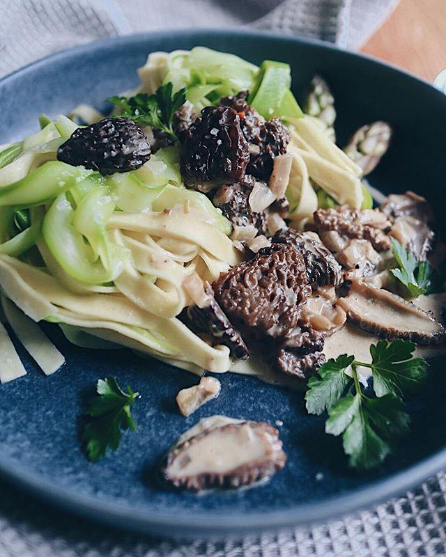 Mein erster Beitrag für die Mai-Challenge von @foodblogsschweiz: Frische Spargelnudeln an Morchelsauce🤩. Ein Rezept, das mit oder ohne Fleisch zubereitet werden kann. Da ich mich nicht entscheiden konnte zwischen den leckeren Zutaten aus dem Saisonkorb, gibt es die Tage noch ein zweites Rezept. So viel kann ich verraten: es wird süss�. Der Link zum 1. Rezept ist in der Bio ➡� @katrin_anliker ⬅� . . . #morcheln #morchel #spargel #spargelzeit #spargelnudeln #pasta #pastalover #padtarecipe #cookingram #easyrecipes #swissfoodblogger #foodblogsschweiz #foodblog #swissblogger #swissblog #foodie #foodlove #foodinspo #dinnerinspo #frühlingsgericht #springfood #foodphotograhy #foodphotograph #foodphotography