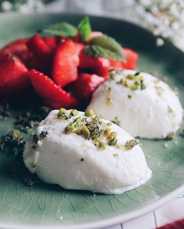 Ich habe euch ja erzählt, dass ich mich nicht zwischen den Zutaten für die Mai-Challenge von @foodblogsschweiz entscheiden konnte. Daher hier mein zweiter Beitrag - wie versprochen ist es ein süsses Rezept�: Joghurtmousse mit marinierten Zitronemelisse-Erdbeeren�. Ich muss jedoch noch ein bisschen am Rezept feilen #fürmehrrealitätaufinstagram....lecker wars, aber noch nicht perfekt😛. Daher kommt der Blogeintrag dazu erst Mitte nächste Woche. Ich lasse es euch wissen🙃. . . . #joghurtmousse #erdbeeren #mousseaujoghurt #dessert #sweetfood #sweetfoodporn #dessertlover#easyrecipes #cookingram #swissfoodblogger #foodphotograhy #foodphotograph #foodie #strawberry #zitronenmelisse #rezept #foodblog #swissblogger #dessertheaven