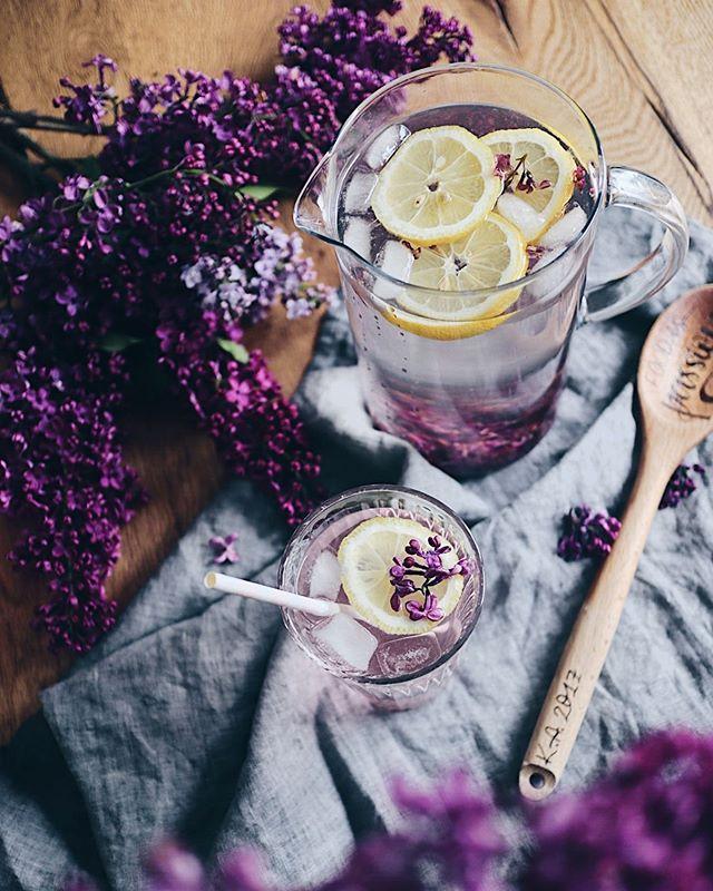 Einmal den Duft des Frühlings einfangen gefällig?🌸Das geht mit diesem Rezept: Fliedersirup. Nichts riecht für mich mehr nach Frühling als diese wunderbaren Blüten💕. Das Rezept findet ihr auf meinem Blog - Link in Bio! Welchen Frühlingsduft magst du am liebsten? . . . #flieder #fliederblüten #fliedersirup#lilac#lilacs#lilacseason #lilacsirup#sirup#drinks#summerdrink#spring#springvibes#foodporn #foodcreations #foodphotograhy #foodphotograph #foodie#swissfoodblogger #swissblogger #foodblog #foodography #foodgasm