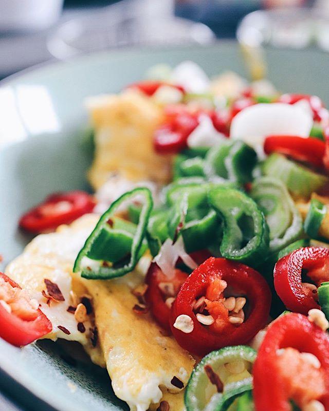 Rührei mit viel Chillies und Frühlingszwiebeln��- gehört definitiv auf den Wochenend-Frühstückstisch😋. Und was gibt's bei dir immer? P.s.: nächste Woche hab ich wieder eine Küche und kann neue Rezepte posten🥳. . . . #scrambledeggs #eggs #eggsy #rührei #frühstück #breakfast #brunch #brunchbuffet #brunchideas #foodgasm #foodblog #foodblogsschweiz #swissfoodblogger #swissblogger #foodie #foodphotograhy #foodography #foodphotograph #foodphoto