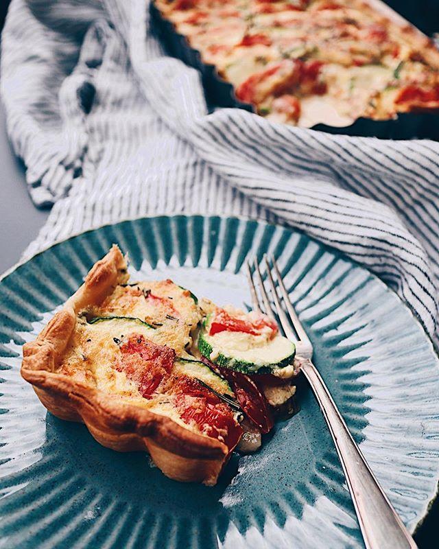 """Für die Juni-Challenge von @foodblogsschweiz wollte ich eigentlich diese Quiche mit Zucchetti, Tomaten und Rosmarin ins """"Rennen"""" schicken. Kam aber noch nicht dazu, das Rezept runterzuschreiben. Hier trotzdem schon mal die Bilder als Inspo🤗. . . . #quiche #gemüsequiche #wähe #backenmachtglücklich #backen #baking #dinnerinspo #healthyfood #healthyliving #vegetarian #swissfoodblogger #swissblogger #foodblog #foodie #foodporn #foodgasm #foodphotograhy #foodphotograph #foodphoto"""