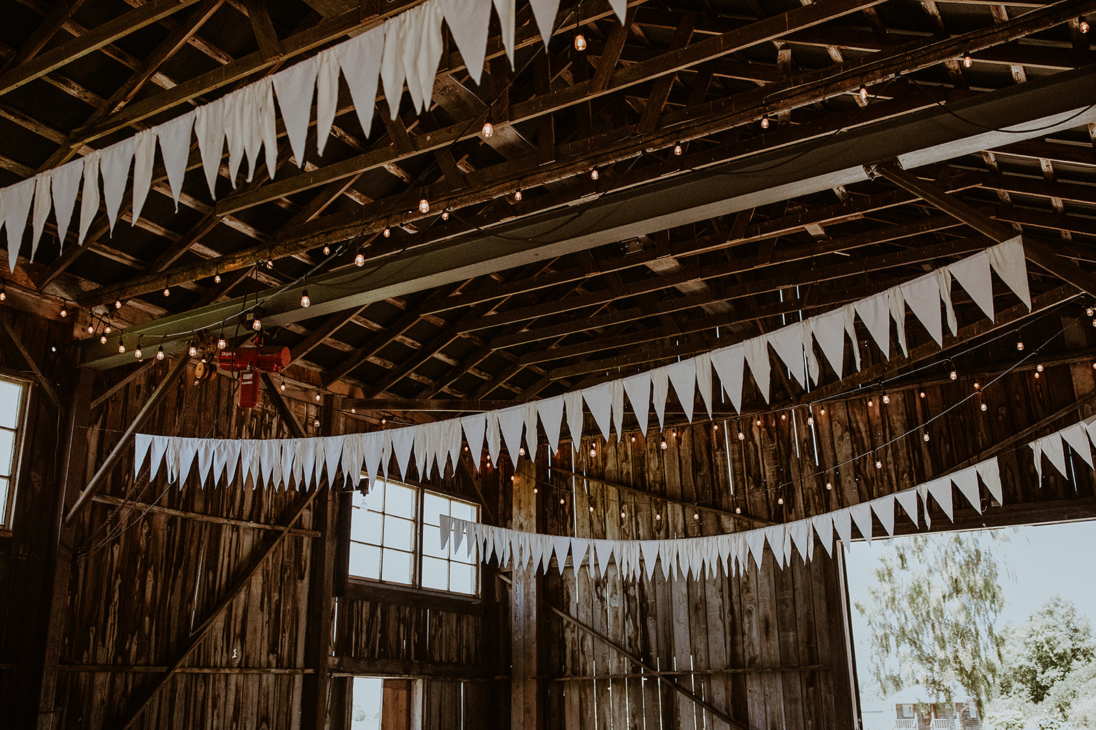 mount-vernon-wedding-salt-box-barn-amanda-riley-megan-gallagher-photography-3_(93_of_250).jpg