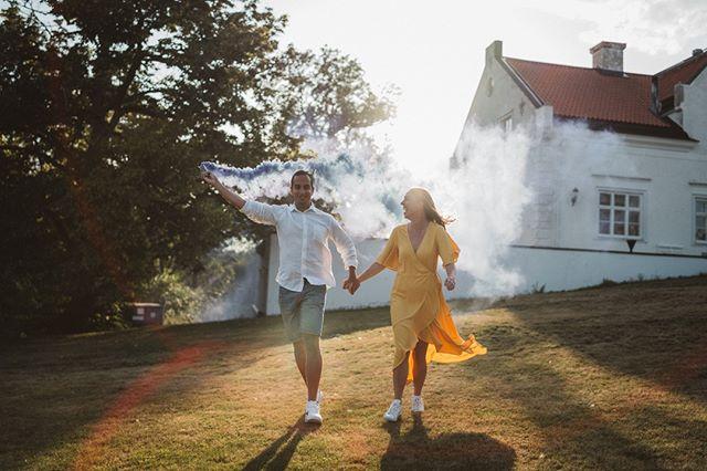 Woop woop! Idag har jag fotat Olivia & Hakims stora dag 🙌 Det blev rökgranater, dans, lekar & fullt ös på Vidbynäs gård. Så jäkla roligt! Har ni testat rökgranater med färg? När vi testfotade provade de lila och fasen vad kul det är!   #bröllopsfoto #bröllop #bröllopsinspiration #wedding #weddingphotographer #weddingphoto #bryllup #bryllupsfotograf #weddingphotography #bride #weddingdress #fotograf #bröllopsdag #weddinginspiration #weddings #weddingparty #skåne #kärlek #romantic #weddingday #fotografemiliaarnstrand #porträtt #känslor #parfotografering #bröllopsfotografstokholm#wayupnorth #photobugcommunity #junebugweddings #beautiful #rökgranater