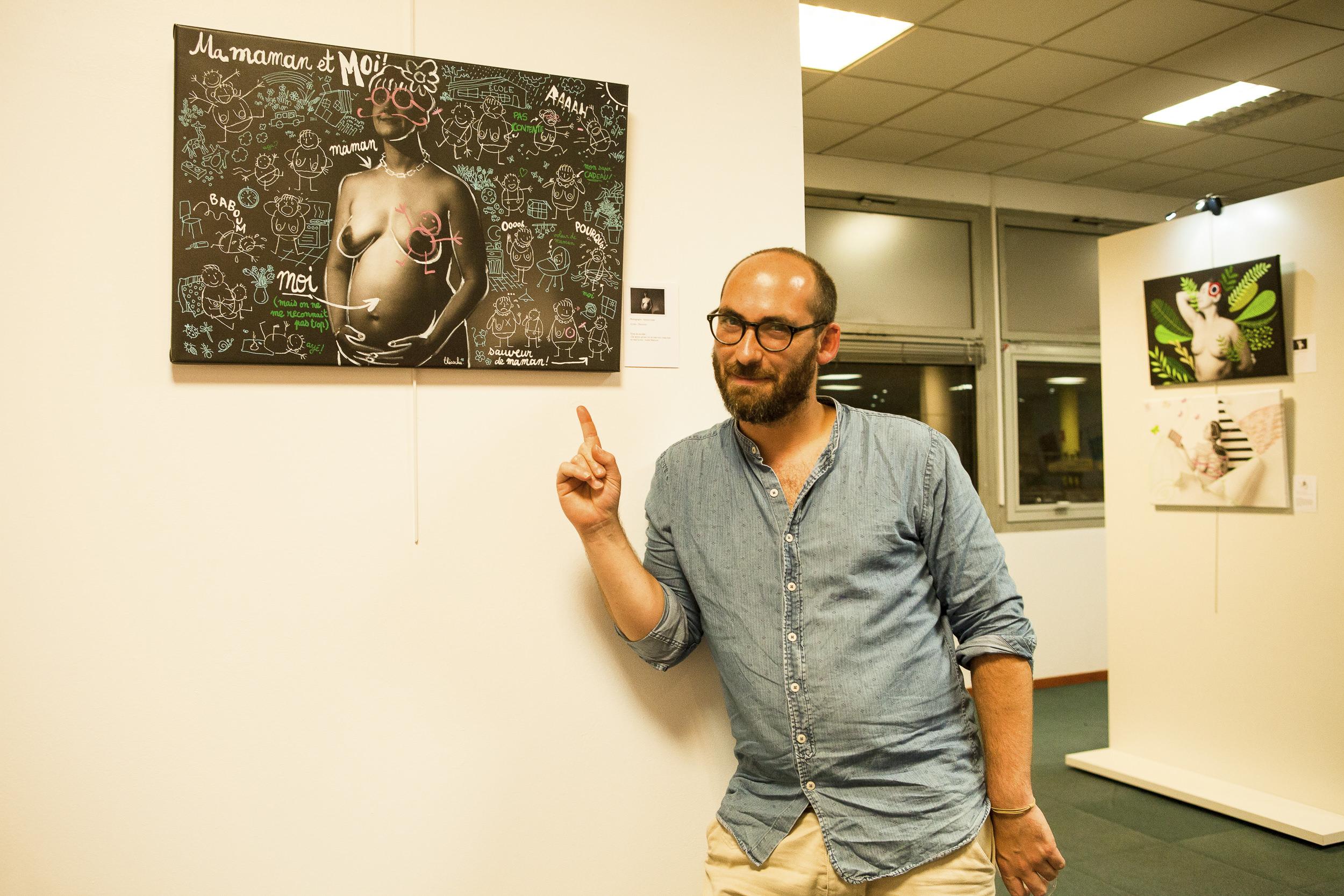 Ça c'est moi à Décines devant la toile faites par  Theoschu . J'ai l'air hyper-content et bien fatigué ! Photo :  Emmanuelle Trompille  ©
