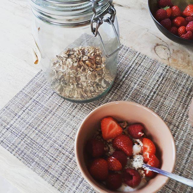 Breakfast #selfmade granola#framboosjes#aardbei#bowl of happiness #gezondevoeding #foodlover #foodporn #healtyfood #njamnjam ....