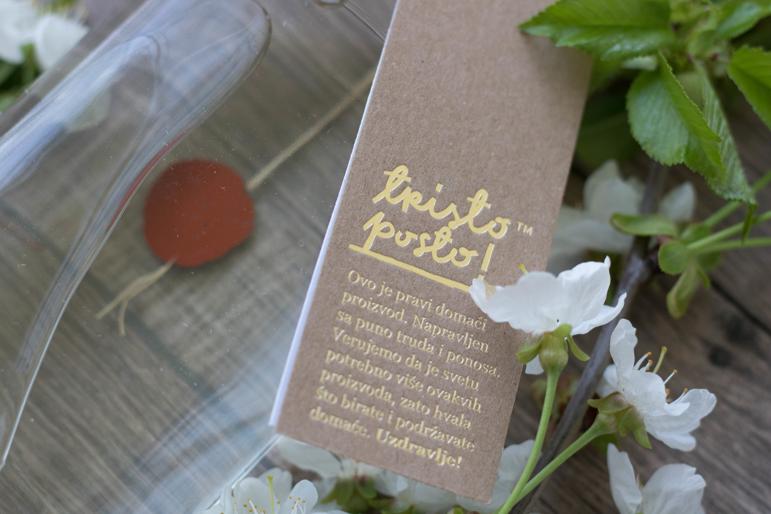 - Spoljna etiketa na kojoj je ista poruka kao na drvenoj kutiji i jedna ispod nje na kojoj je ručno ispisana vrsta rakije i meda, kao i godina proizvodnje, zajedno sa kontaktima proizvođača.
