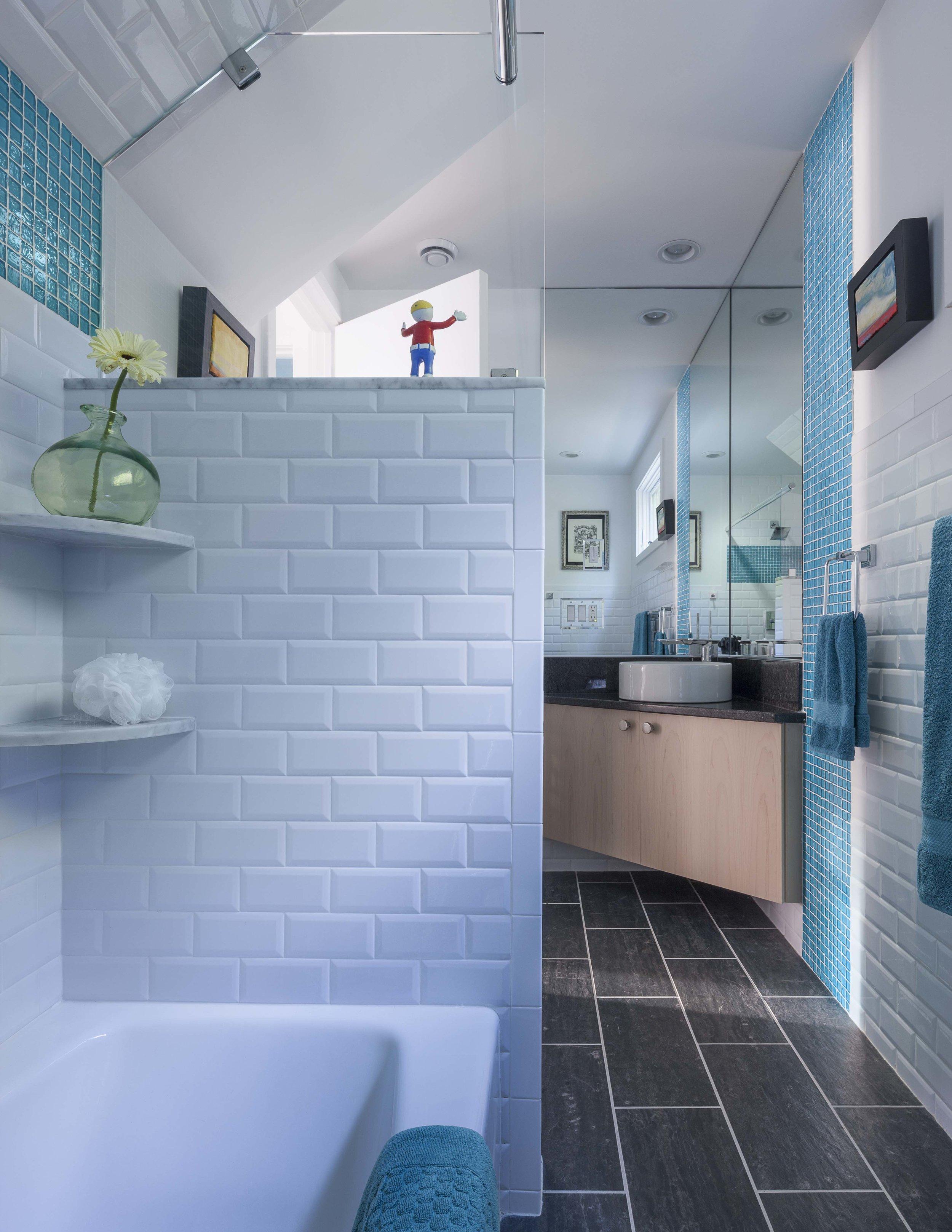 13sum_cottage_bath.jpg