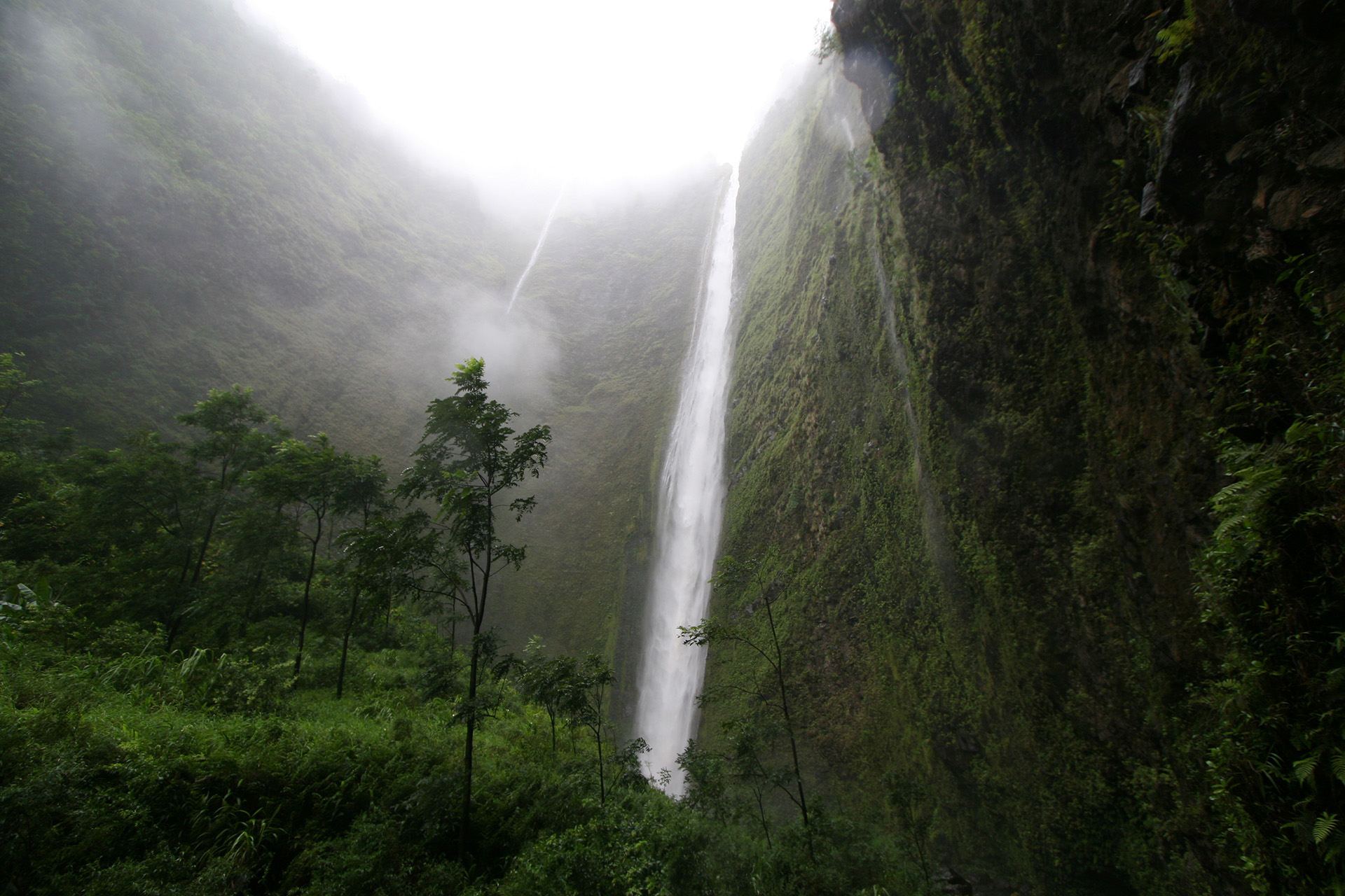 Waipio_waterfall_small.jpg