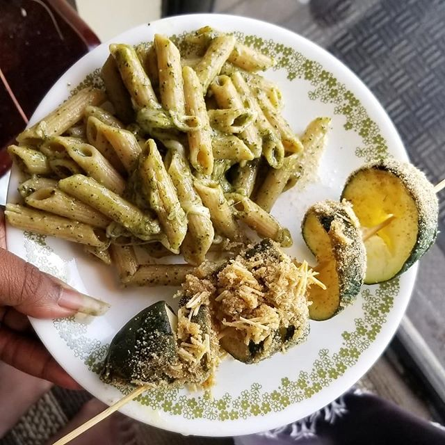 pesto pasta plus I have quite a bit of zucchini from @hungryharvest so decided to make some parmesan zucchini spirals thanks to @shonda1020 recipe! Came out crispy and yummy. . . . #zuchinni #pesto #pasta #nutrition #eatclean #healthyfood #healthylifestyle #organic #healthyfoodporn #vegetables #foodie #healthyeating #lifestyle #eatclean #wellness #glutenfree #plantpower #foodstagram #foodpic #guthealth #bubufood #plantbased #thebossbabesociete #socialmedialifestyle #feedfeed #foodblogger #bubu #buzzfeast