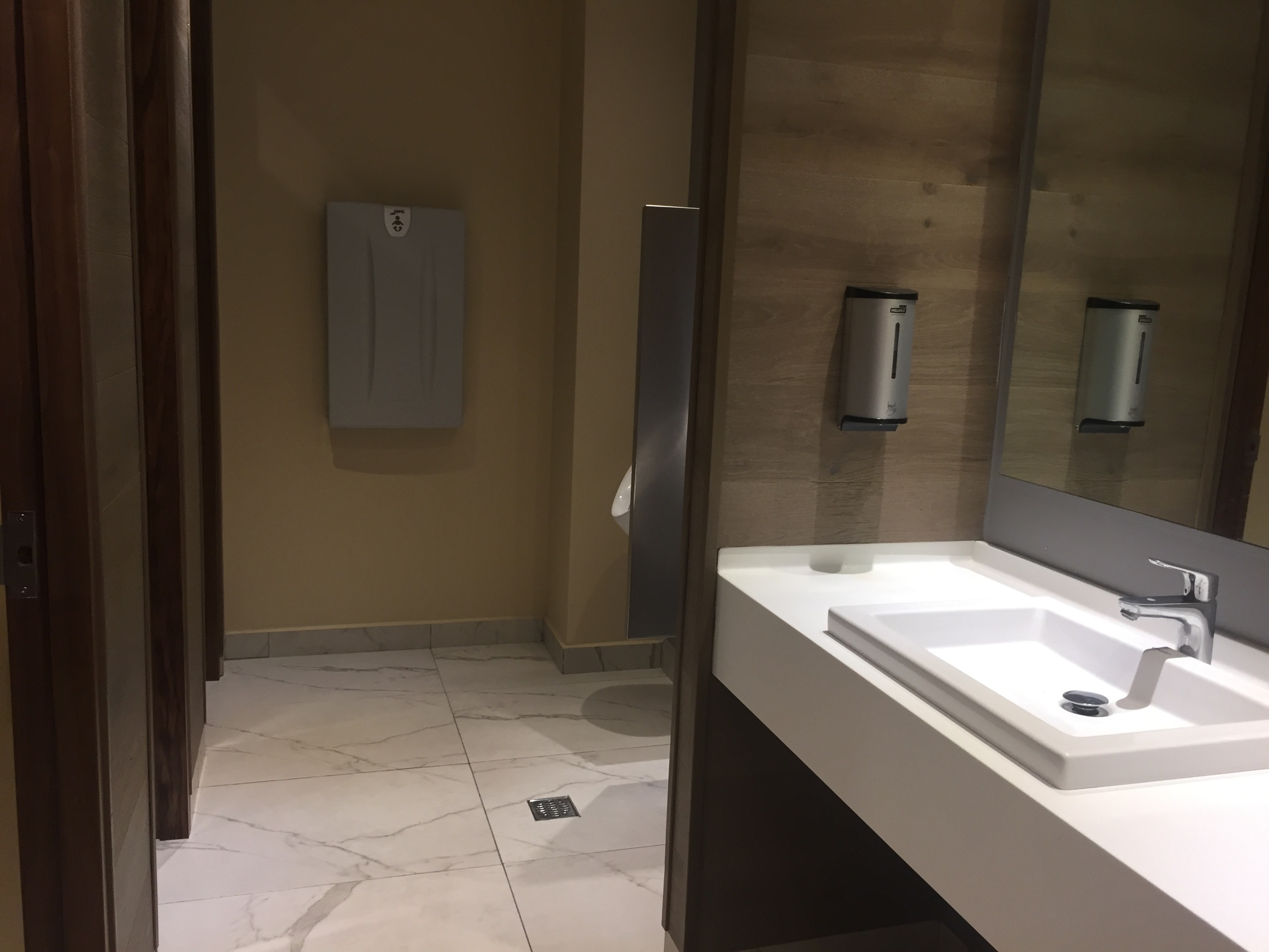 pvr-vip-lounge-international-bathroom