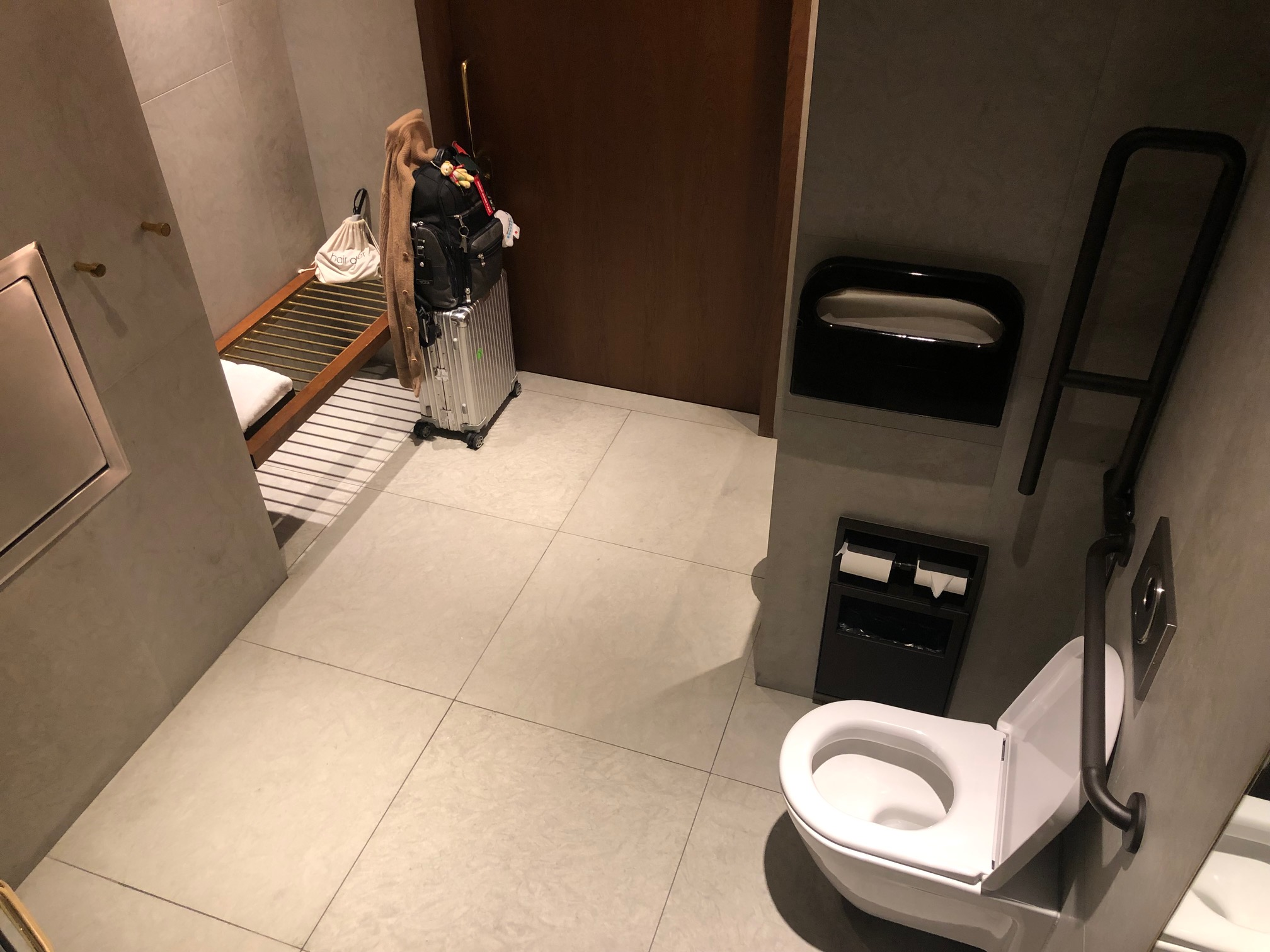 Cathay Pacific Lounge - Shower Room