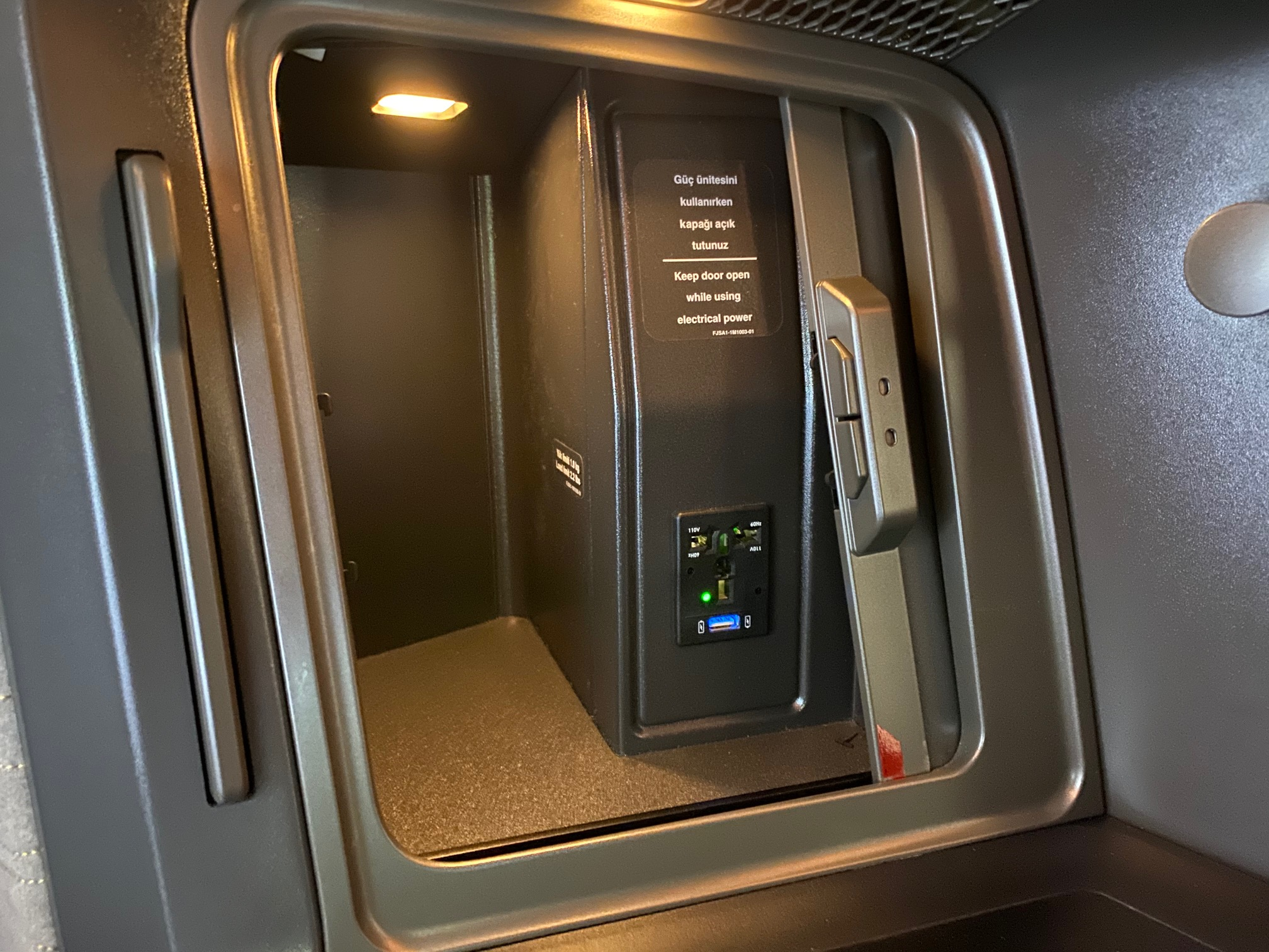 Turkish Airlines 787-9 Business Class Seat Storage Space and A/C & USB Power