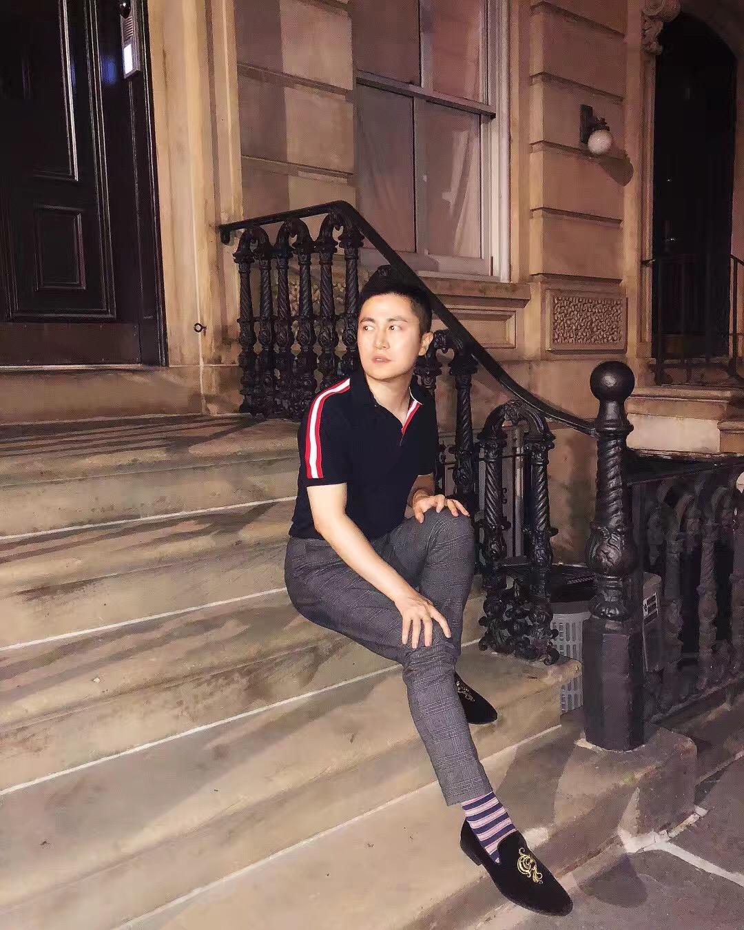我坐在一幢Townhouse门前的Stoop上面
