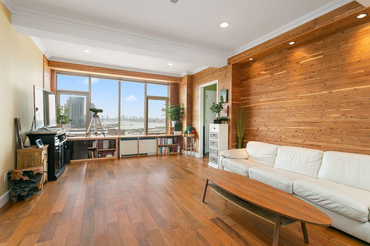 我今年卖出的一套长岛城两卧两浴户型的水景公寓,成交价149万5千美金