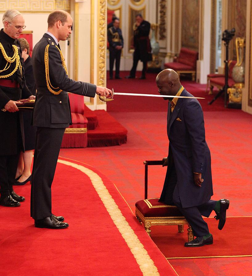 英国威廉王子在白金汉宫为建筑师大卫·阿贾耶封爵士称号