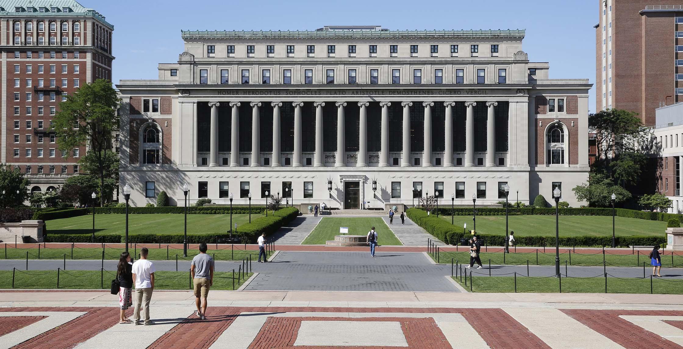 哥伦比亚大学。三位美国总统――西奥多·罗斯福,弗兰克林·D·罗斯福和奥巴马、诗人徐志摩、学者梁实秋、作曲家谭盾、杨澜、李开复等都是哥大的校友。