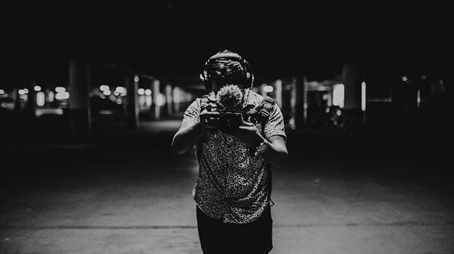 Take the camera as an extension of your eyes and arms / Toma la cámara como una extensión de sus ojos y brazos… 🎥⚡️🙏🏾 . . #Filmmaker #Dp #Director #storyteller #Sony #A7sii #runandgun #musicfilm #cinenatography #cinematographer #filmmakrs #directorofphotography #musicvideo #commercial #Thankslord