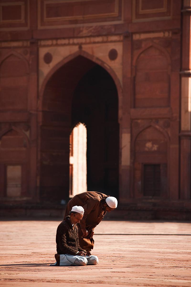 091223_fatehpur_sikri_jama_masjid_courtyard_muslim_men_praying_travel_photography_MG_7951.jpg
