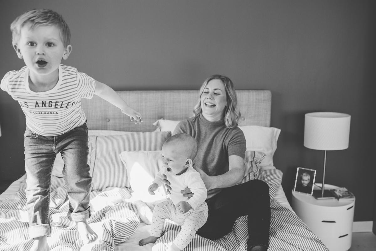 Barn hoppar i sängen
